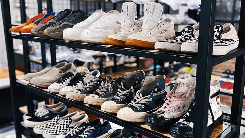 Mempersiapkan Peralatan dan Perlengkapan Cuci Sepatu